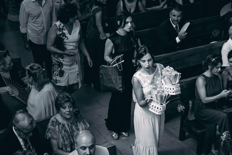 Boda en Mallorca. Dama de honor entrando en iglesia.