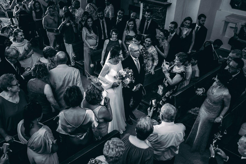 Boda en Mallorca. Novia entra en Iglesia acompañada de su padre.