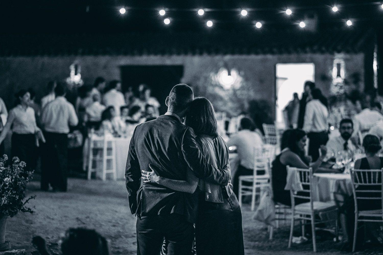 Boda en Mallorca. Pareja abrazada en finca por la noche.
