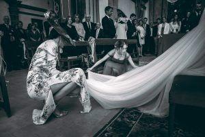 Boda en Mallorca. Damas de honor arreglando el velo a la novia.