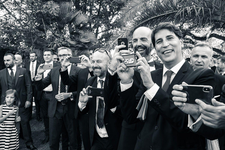 Boda en Mallorca. Invitados con teléfonos móviles.