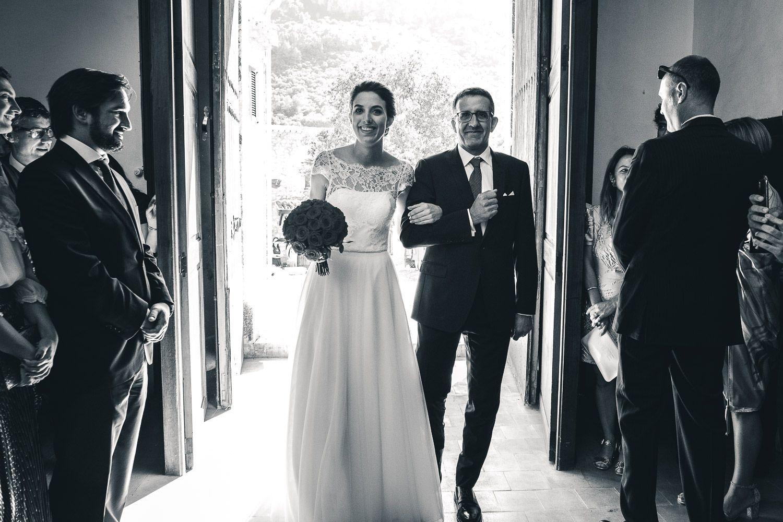 Boda en Mallorca. Entrada de la novia en la iglesia con su padre.