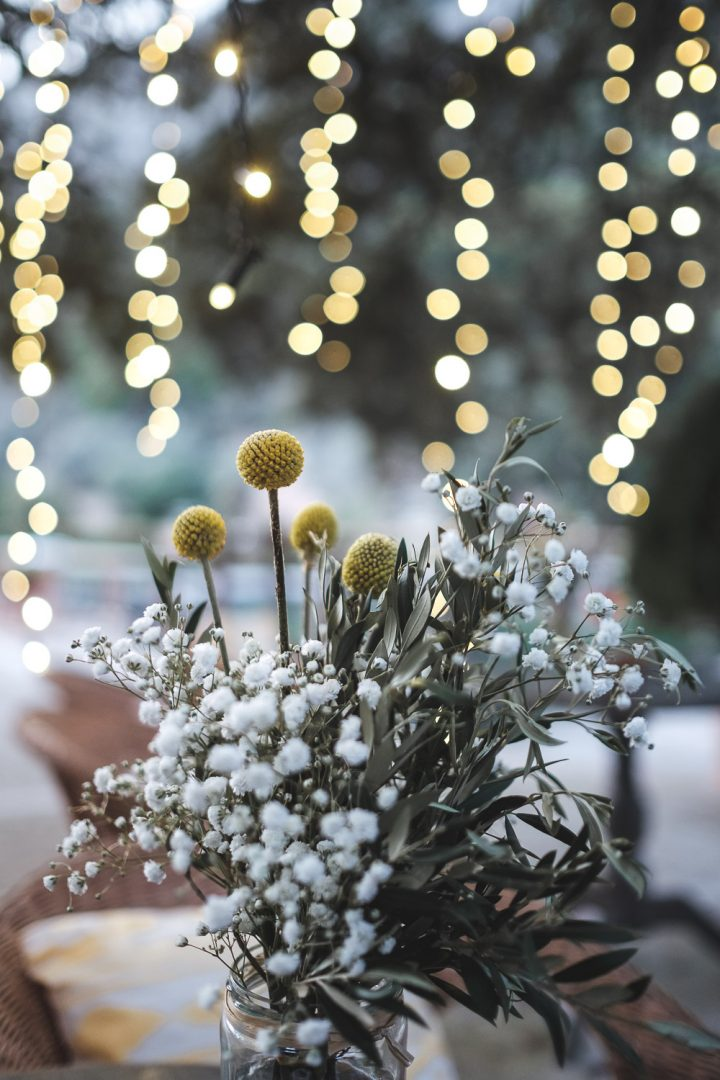 Ramo de flores de boda sobre fondo de luces decorativas