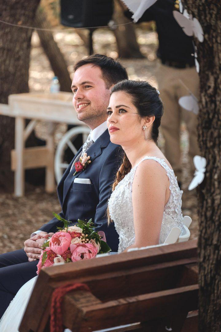 Novia emocionada y novio sonriente durante ceremonia de boda al aire libre en Mallorca