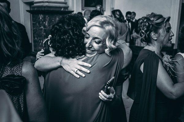 Boda en Mallorca. Abrazo entre dos mujeres en iglesia. Blanco y negro