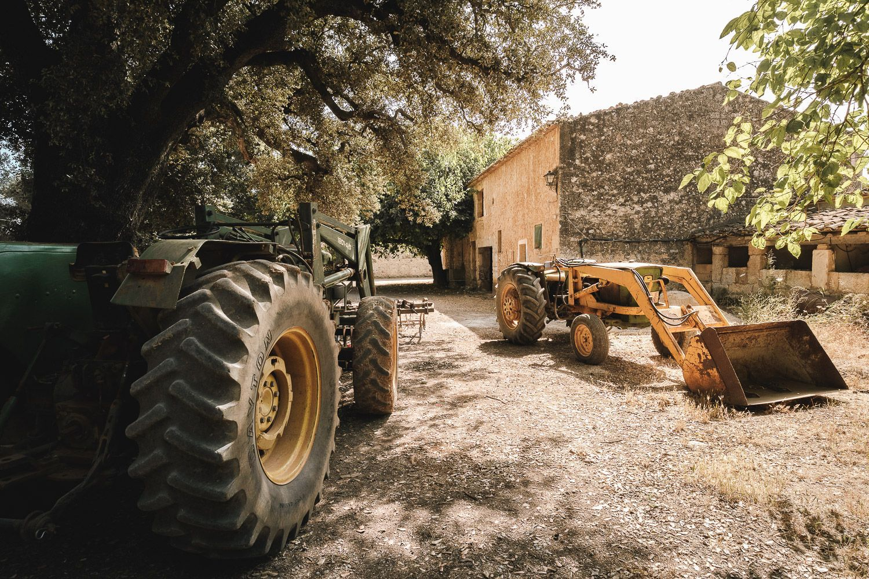 Finca Binissati. Mallorca. Tractores en dia soleado