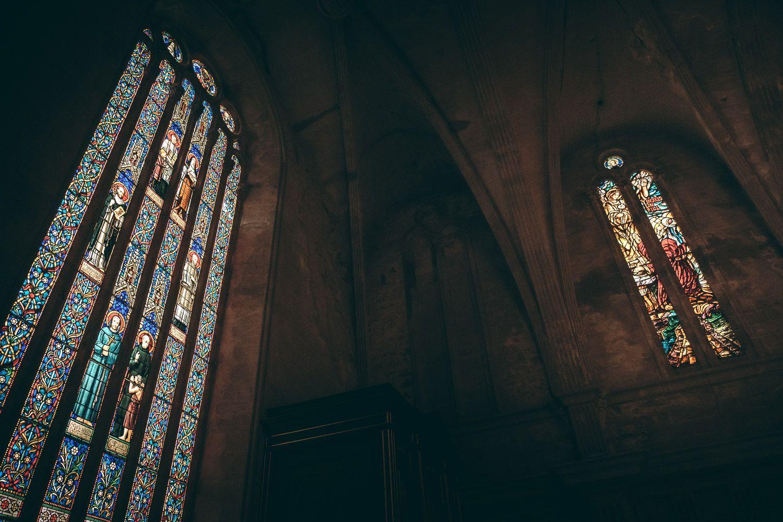 Vidrieras en iglesia durante boda.