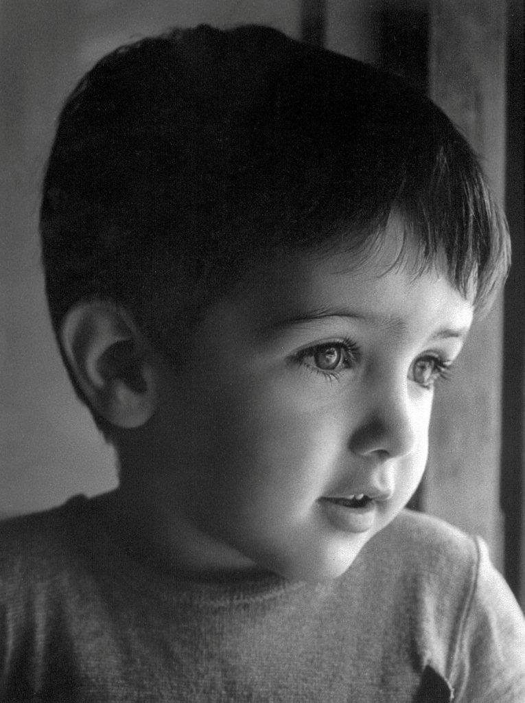 Retrato de niño pequeño con luz natural. Blanco y negro. Película.