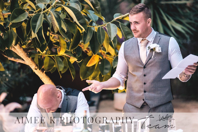 Discursos de boda durante recepción. Amigo del novio da discurso y el novio se avergüenza. Risas. Ironía.