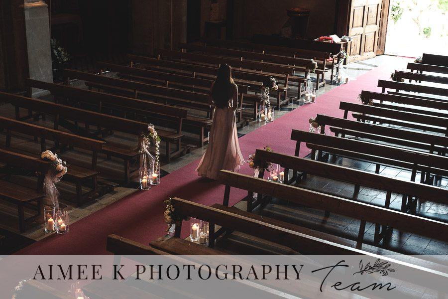 Dama de honor espera la llegada de la novia dentro de la iglesia.