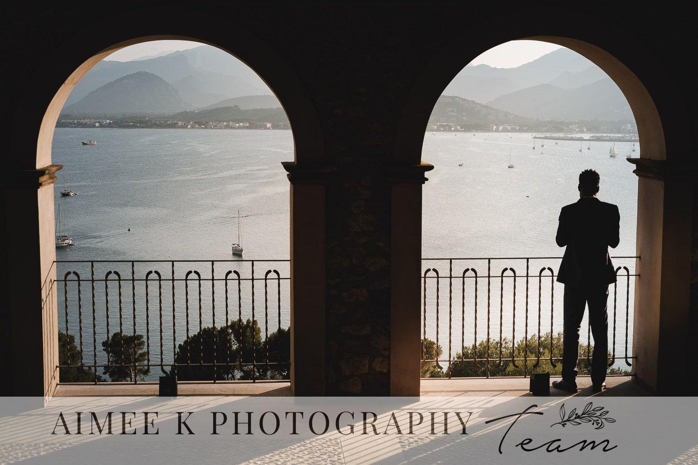 Hombre observa vistas de la bahía de Pollença bajo arcos. La Fortaleza. Mallorca