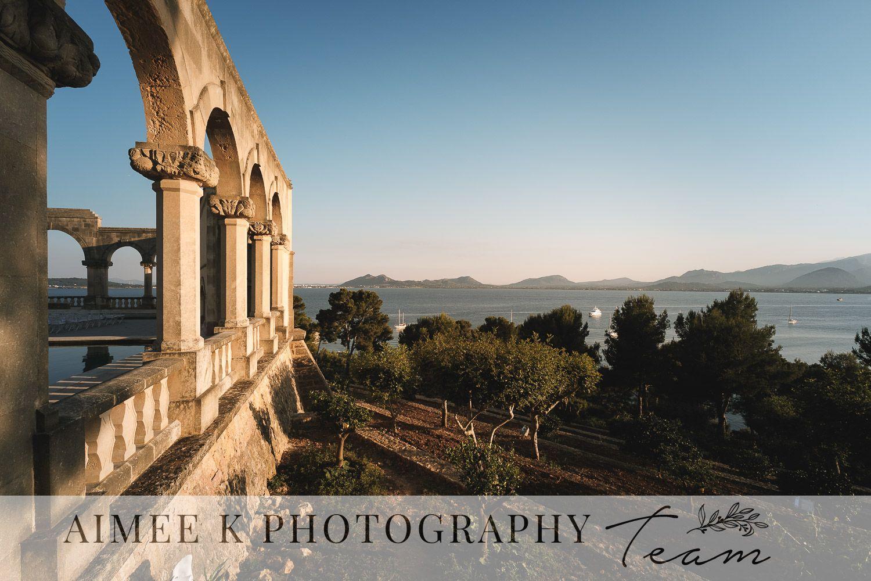 Columnas y arcos al atardecer. Vista sobre la bahía de Pollença. La Fortaleza. Mallorca