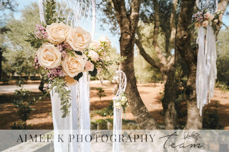 Decoración de boda al aire libre. Rosas. Flores. Árboles.