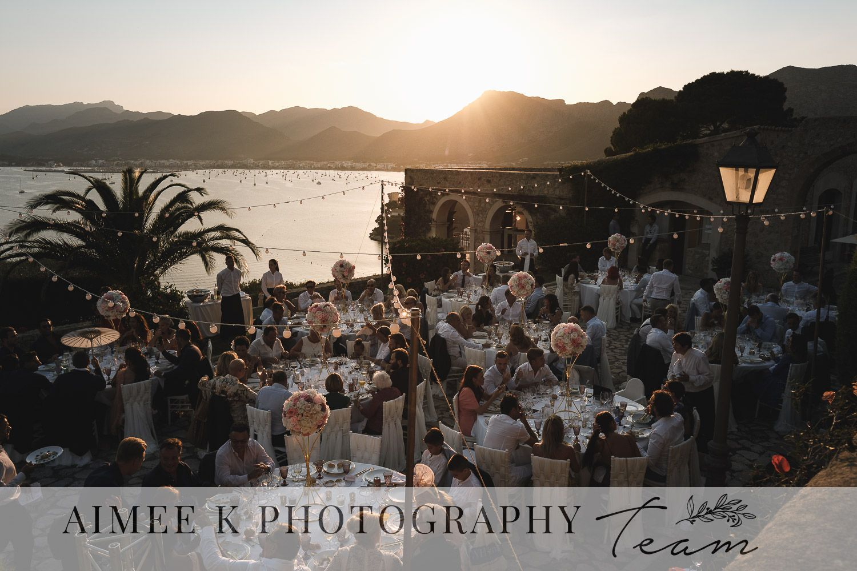 Banquete de boda en terraza frente al mar. Puesta de sol. La Fortaleza. Mallorca