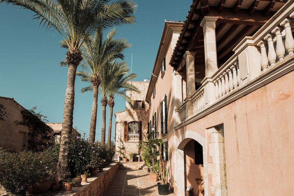 S'Horta d'Avall. Fachada con terraza y palmeras
