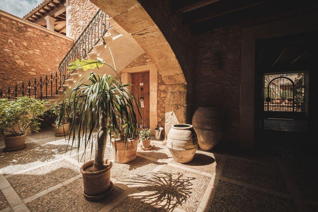 S'Horta d'Avall. Patio interior con plantas y vasijas