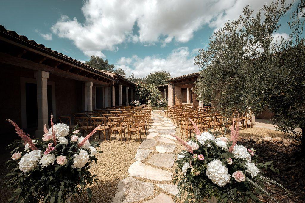 S'Horta d'Avall. Zona ceremonia. Decoración floral, olivo y cactus.